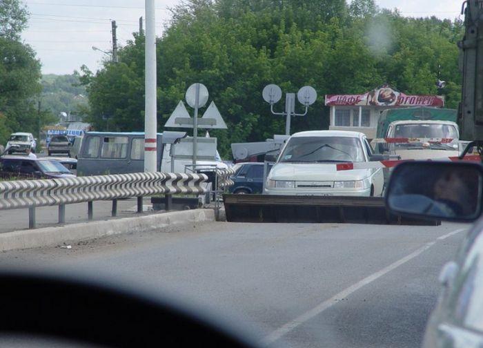 Машина застряла между двумя шлагбаумами (2 фото)