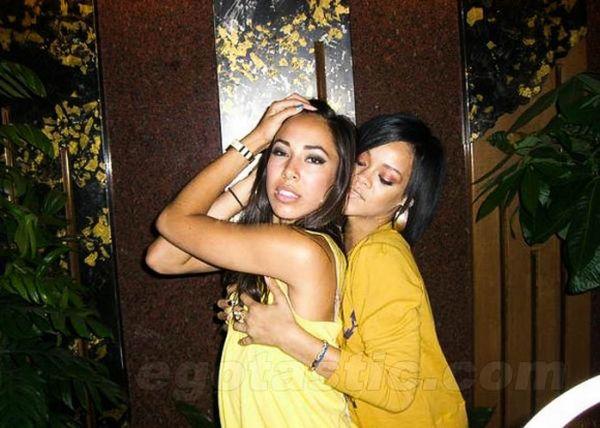 Девушки хватают друг друга за грудь (95 фото)
