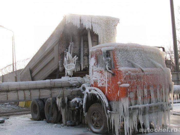 Грузовик врезался в трубу во время мороза (2 фото)