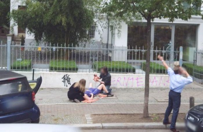 Девушка рожает на улице Берлина (2 фото)