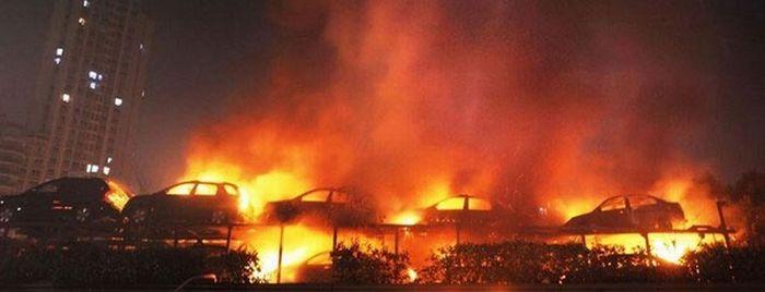 20 новых машин сгорели на тягаче (6 фото)