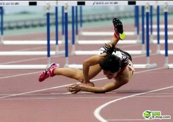 Китайская бегуня упала во время забега (10 фото)