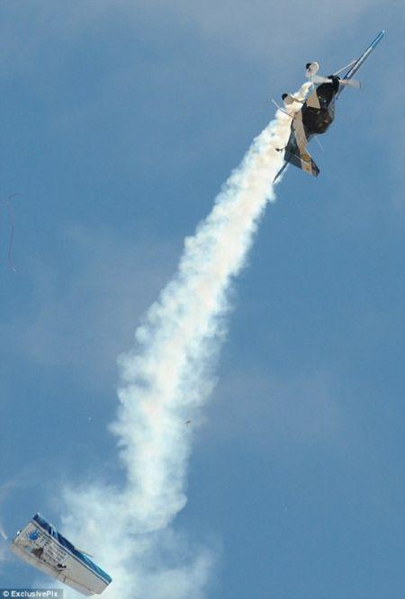 Самолет развалился в воздухе (5 фото)