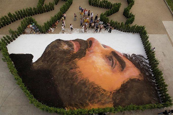 Гигантский портрет нарисовали на улице.
