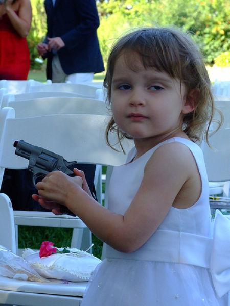 Кто сказал, что девочкам не нравится оружие (18 фото)