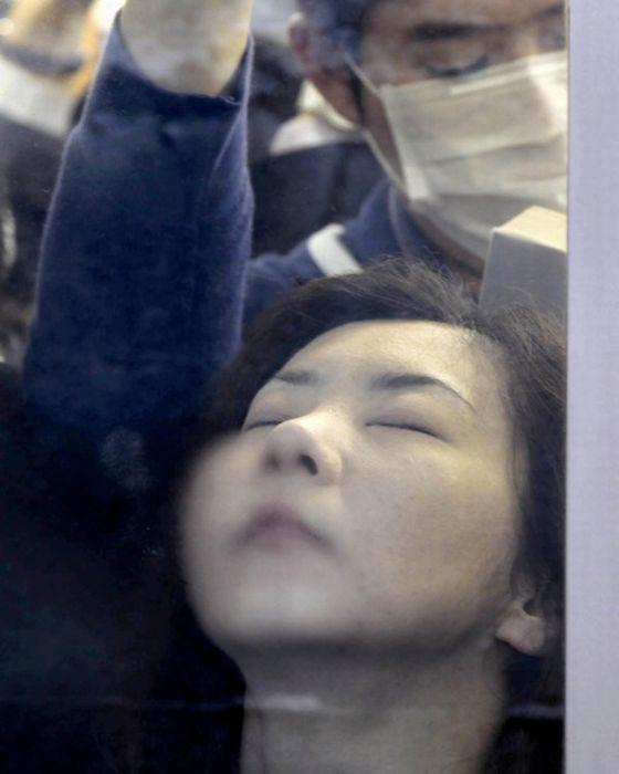 Час пик в метро Токио (10 фото)
