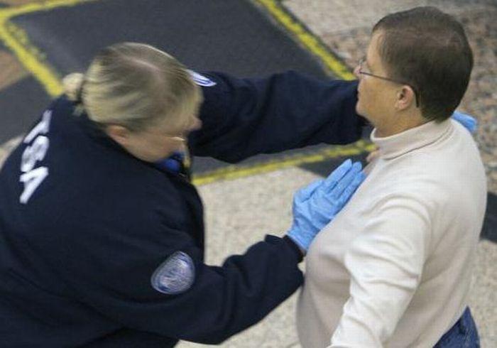 Как обыскивают в американских аэропортах (25 фото)