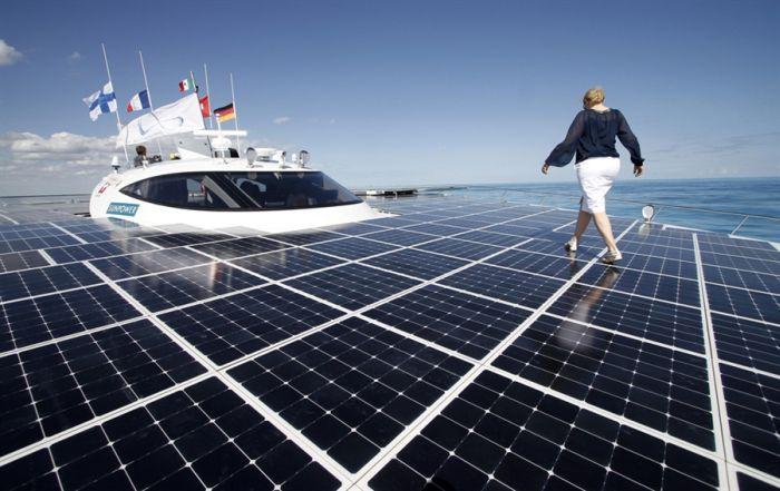 Катамаран, работающий на солнечной энергии (9 фото)