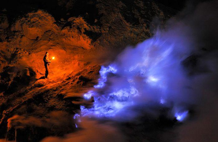 Внутри вулкана Кава Иджен (30 фото)