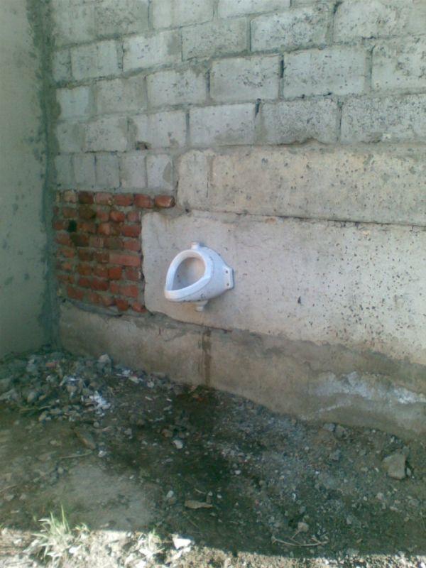 В гаражах открыли бесплатный туалет (3 фото)