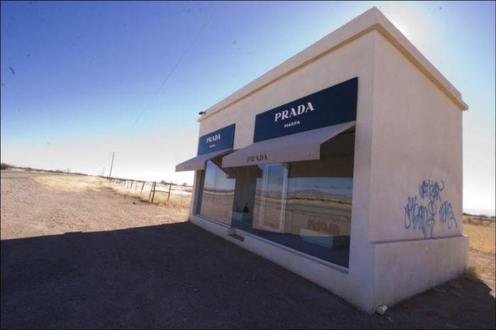 Маленький магазин Prada в Техасе (11 фото)