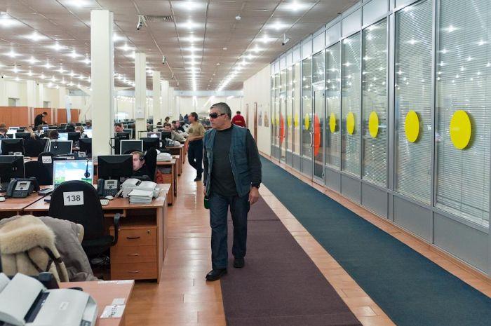 Офис с черными мониторами (24 фото)