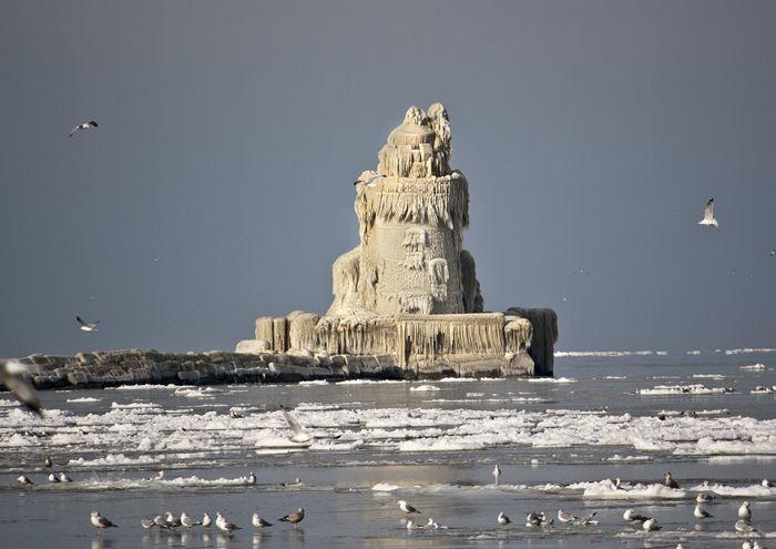 Обледеневший маяк (6 фото + видео)