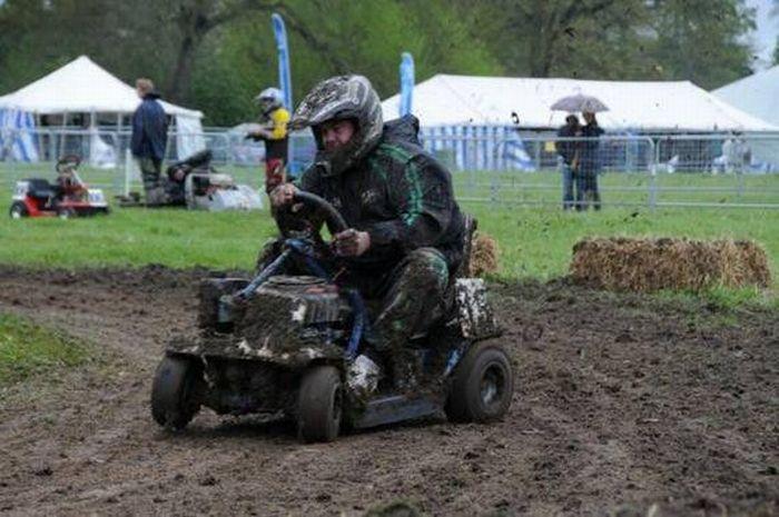 Чемпионат по гонкам на газонокосилках (23 фото)