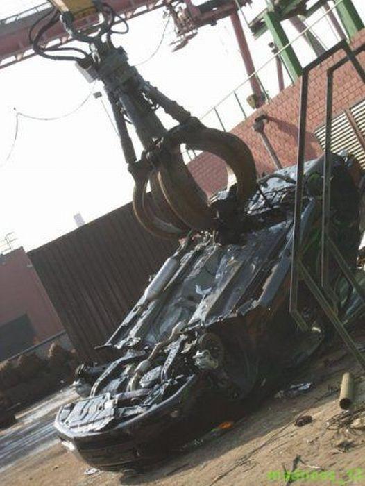 Как уничтожаются контрабандные автомобили (22 фото)