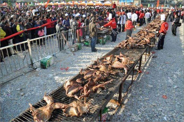 Китайский шеф-повар приготовил одновременно 136 коз (22 фото)