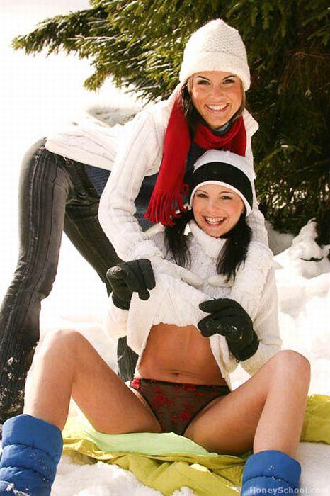 Девушки на снегу (33 фото)