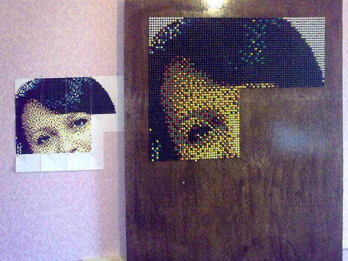 Как создать портрет из канцелярских кнопок (29 фото)