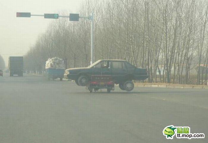 Интересный способ перевозки поломанного автомобиля (4 фото)