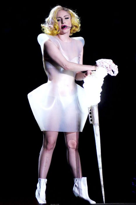 Самые известные костюмы Леди Гаги в 2010 году (50 фото)