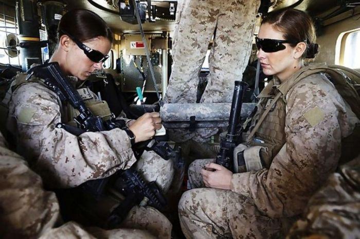 Симпатичные девушки-солдаты (37 фото)
