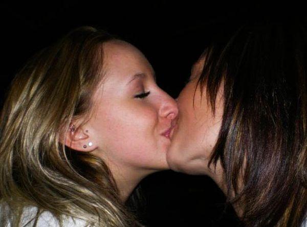 домашнее фото девушки целуются