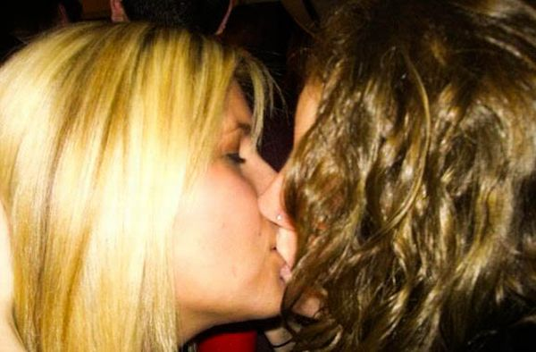 Девушки целуются (91 фото)