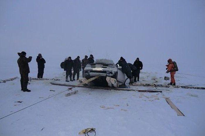 Утонувший автомобиль (18 фото)