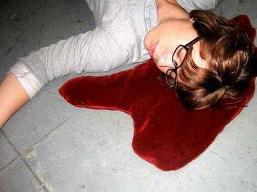 Подушка в виде лужи крови (8 фото)