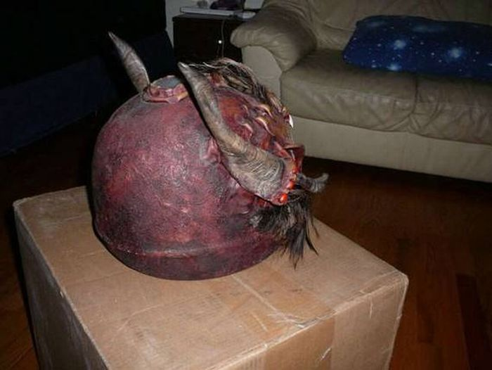 Страшные мотоциклетные шлемы (22 фото)