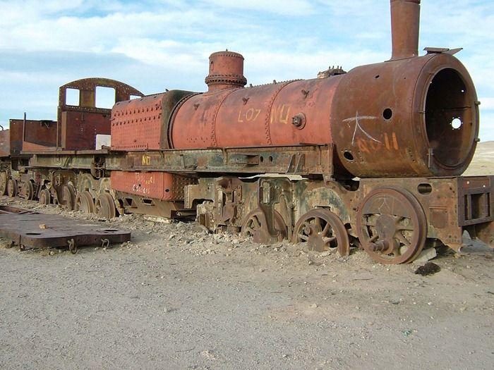 Старый заброшенный поезд в Боливии (8 фото)