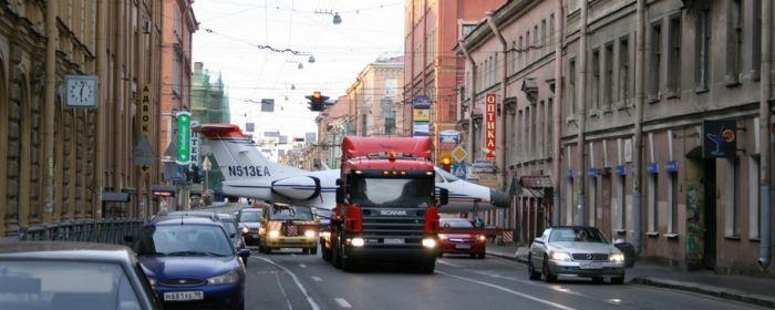 Самолет на улицах Питера (12 фото)