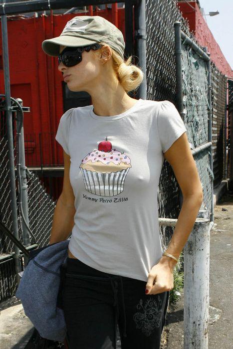 Девушки в обтягивающих майках и блузках (39 фото)