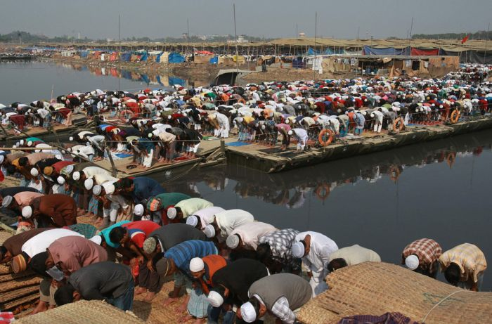 Люди едут на молитву (24 фото)
