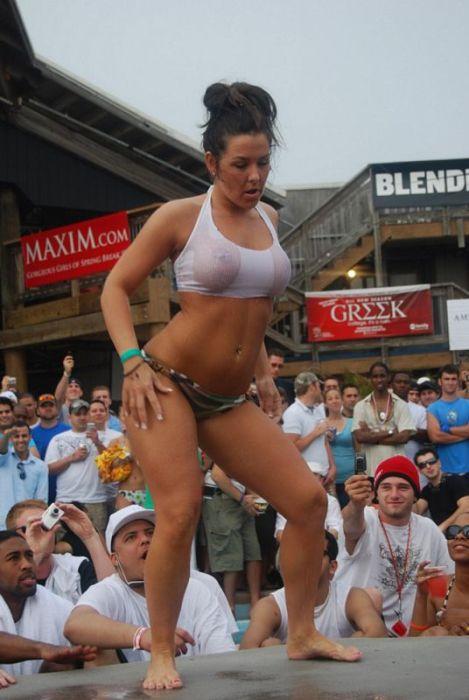 Конкурс мокрых футболок (27 фото)