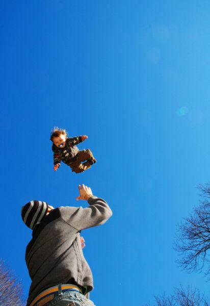 Родители подбрасывают своих детей (63 фото)