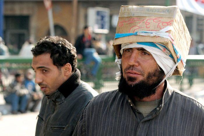 Самодельные шлемы египетских демонстрантов (10 фото)