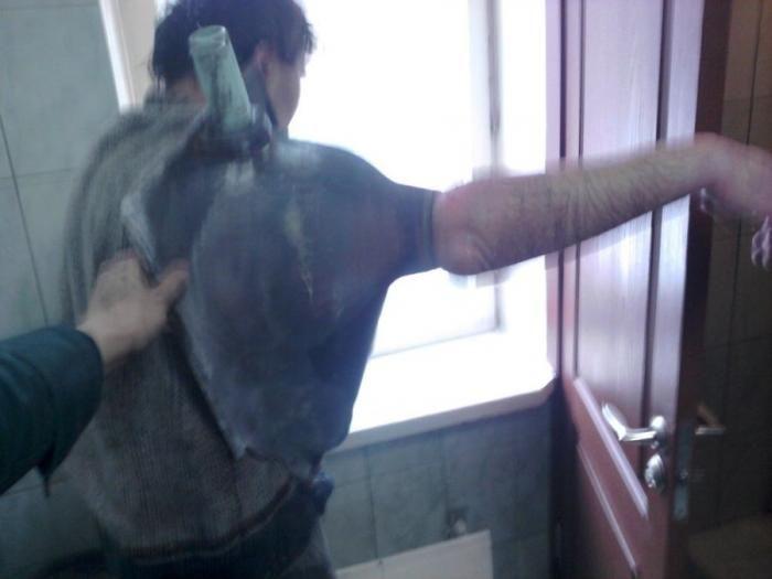 Сантехник застрял в унитазе (5 фото)