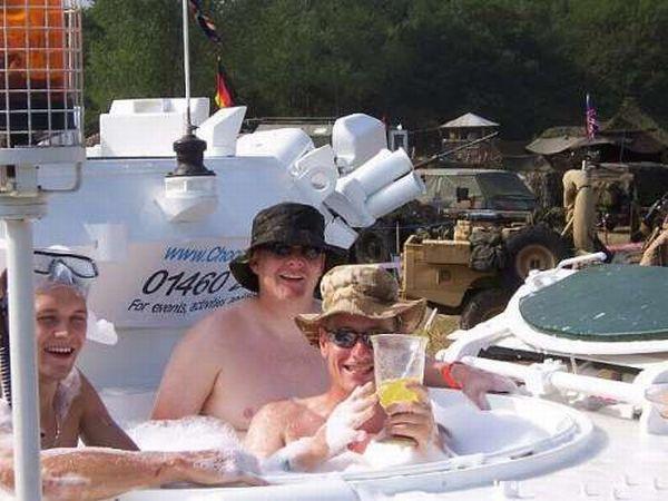 Свадьба на танке (18 фото)
