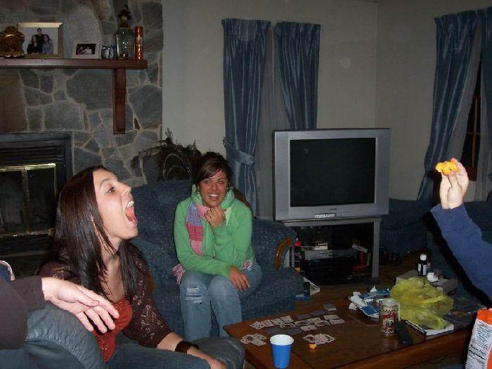 Девушки ловят ртом еду (46 фото)