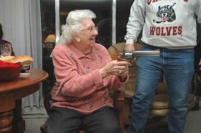 Пожилые дамы и оружие (26 фото)