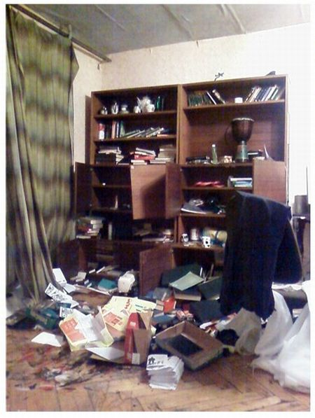 Как выглядит квартира после обыска (4 фото)
