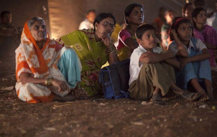 Мобильный кинотеатр в Индии (12 фото)