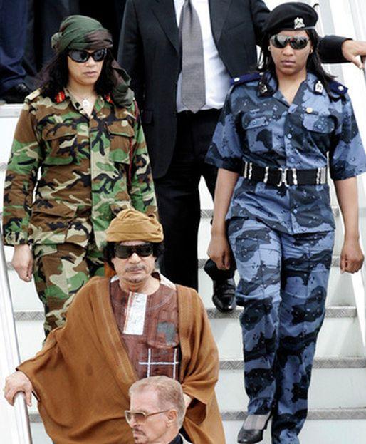 Муаммар Каддафи и его женщины-телохранители (38 фото)