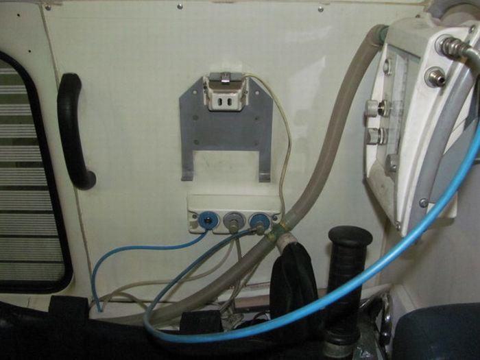 Внутри машины скорой помощи (14 фото)