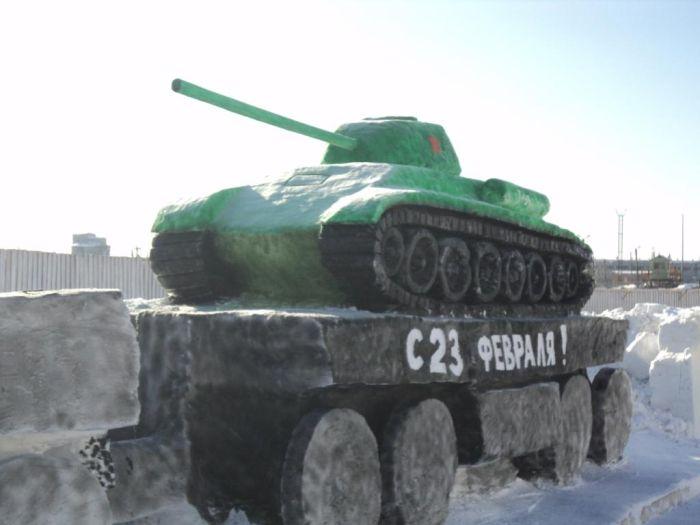 Классная снежная скульптура к 23 февраля (2 фото)