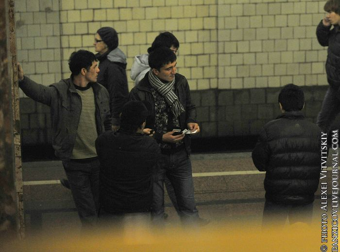 Нелегальный рынок в московском метро (17 фото)