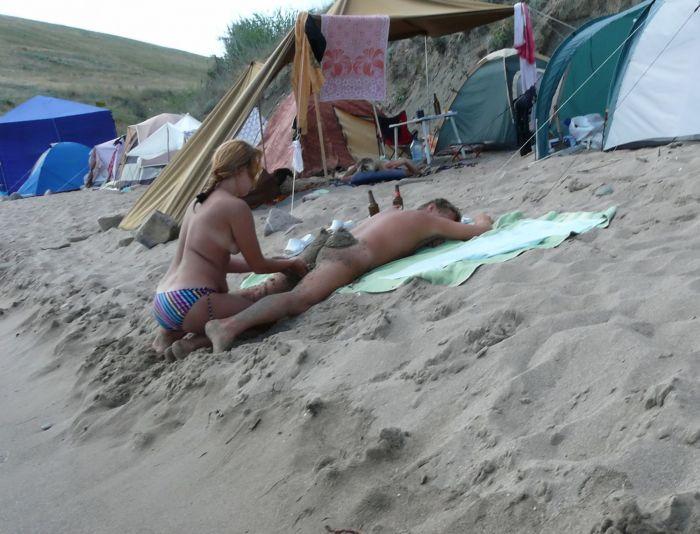 Развлечение нудистов на пляже (6 фото)
