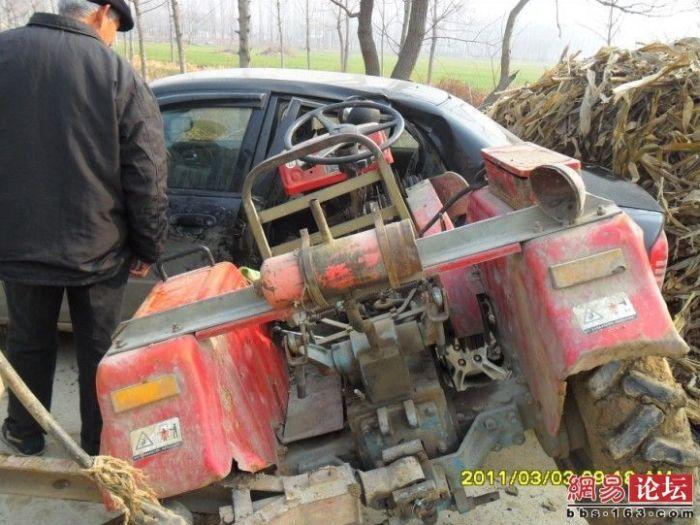 Трактор против автомобиля (7 фото)