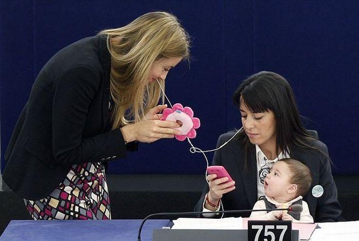 Дочь мамы-депутата подросла (4 фото)